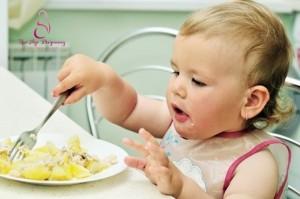child feeding independently